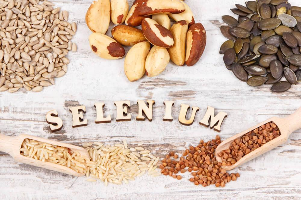 Food sources of selenium surrounding the word 'Selenium'